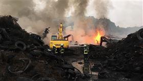 台中市后里區一處廢輪胎廢置廠7日下午發生火警。(圖/中央社)