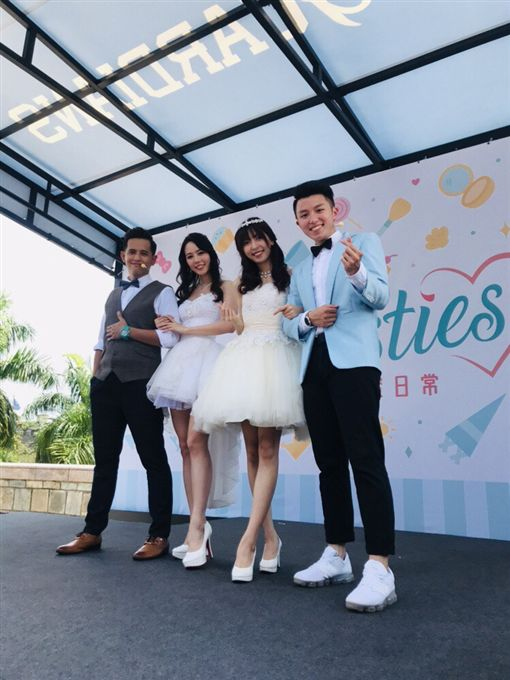Fubon Angels穿上由 C.H Wedding婚紗和球迷見面。(圖/富邦悍將提供)