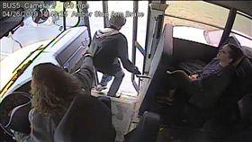 公車,司機,反應,救援,超車,乘客,美國,伸手,拉住 圖/翻攝自YouTube