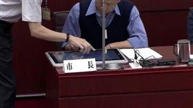高雄市長韓國瑜備詢平板電腦。