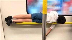 香港學生睡在地鐵扶手上。(圖/翻攝自巴打絲打 Facebook Club)