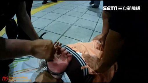 英國籍錢德勒在捷運車廂內飲酒,因不滿被警方趕離車廂,不但與警員發生拉扯,還張口咬傷警員手掌(翻攝畫面)