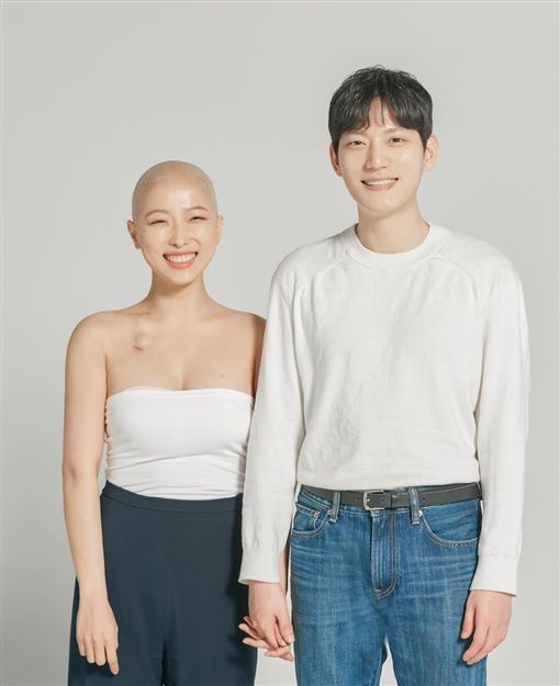 南韓網紅「Sae Byeock」罹患淋巴癌,剃光頭。IG