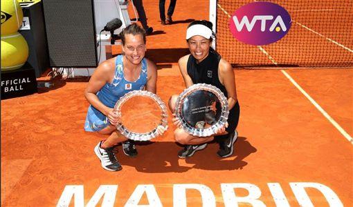 ▲絲翠可娃(左)與謝淑薇聯手在上周摘下女雙冠軍。(圖/翻攝自WTA推特)