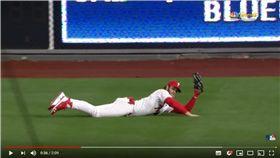 ▲哈波(Bryce Harper)外野飛撲美技化解滿壘失分危機。(圖/翻攝自MLB YouTube)