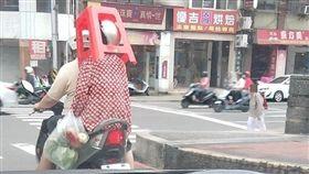 基隆市1名婦人將塑膠椅頂在頭上,引發網友熱烈迴響(翻攝《基隆人大小事》)