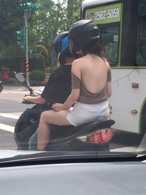 開車遇到女騎士…美背全都露,他大喊:很熱齁。(圖/翻攝自爆廢公社)