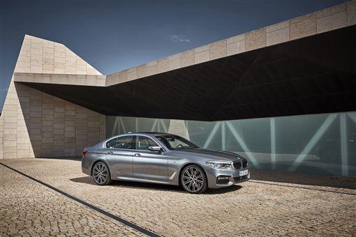 ▲入主BMW 5系列享有頂級五星飯店假期與一年乙式全險。(圖/BMW提供)