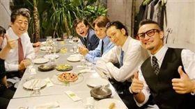 日本首相安倍晉三跟「TOKIO」成員同桌吃飯。推特