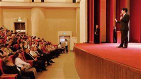 賴清德央大演說(1)前行政院長賴清德(右)14日晚間到中央大學參與菁英講座,發表專題演說,分享成長與從政經驗,台下聽眾專注聽講。中央社記者吳睿騏桃園攝 108年5月14日