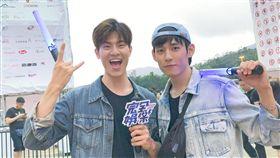 BL劇《圈套》的「飛唐CP」吳承洋和徐鈞浩前往香港朝聖五月天演唱會。(圖/記者王建棠攝影)
