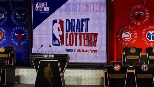 NBA選秀順位抽籤儀式,樂透。(圖/翻攝自巫師官方推特)