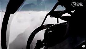 (圖/翻攝自微博)中國,戰鬥機,鳥擊,墜機