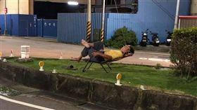阿伯把安全島當長灘島,豪氣擺躺椅睡覺(圖/翻攝自爆廢公社)