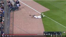 ▲老虎左外野手跌倒變美技接殺。(圖/翻攝自MLB YouTube)