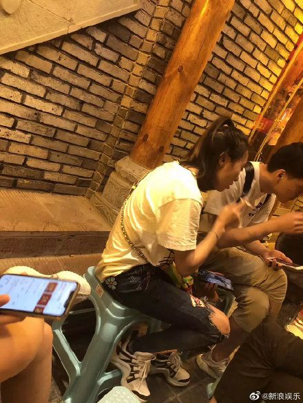 洪欣、張丹峰。畢瀅路邊吸菸照曝光。(圖/微博)