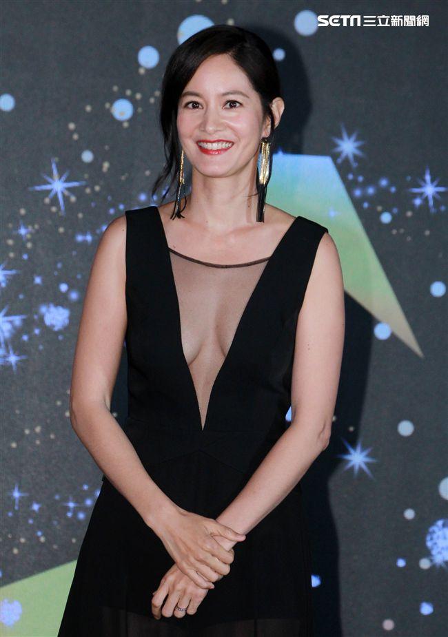 Janet黑色性感爆乳禮服。(記者邱榮吉/攝影)