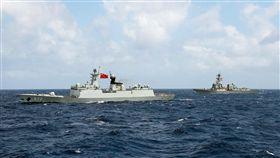 (16:9)傳美不派艦參加青島閱艦儀式美國媒體3日披露,川普政府將阻止美國海軍派艦參加月底在中國青島的多國海軍活動,以免幫襯中國宣傳國際地位。圖為美軍驅逐艦史托克代爾號(右)與共軍巡防艦衡水號(左)2016年一同演習。(取自US Navy)中央社  108年4月4日