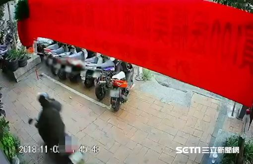 男騎車上人行道撞飛男童/翻攝畫面