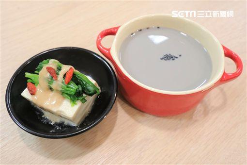 ▲胡麻菠菜枸杞豆腐與芝麻豆漿。(圖/營養師紀昭帆提供)