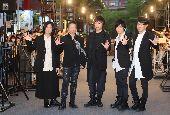 五月天出席電影首映會(1)樂團五月天第3部3D演唱會電影「五月天人生無限公司」將於24日上映,五月天團員15日傍晚在台北信義商圈出席電影首映會,吸引大批粉絲到場支持。中央社記者張皓安攝  108年5月15日