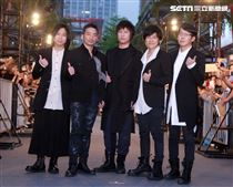 五月天出席第3部3D演唱會電影「五月天人生無限公司」首映。(記者邱榮吉/攝影)