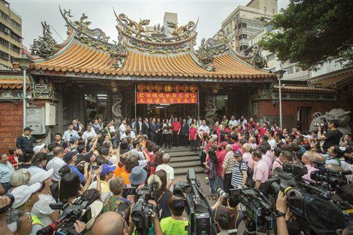蔡英文總統15日下午參拜「大稻埕慈聖宮」。(圖/總統府提供)