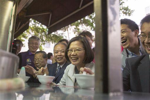 蔡英文總統15日下午參拜「大稻埕慈聖宮」後到附近店家喝四神湯。(圖/總統府提供)