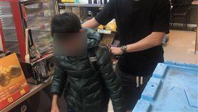 男童負氣出走 新竹市警方協尋助返家(1)新竹市一名國小四年級男童因與母親吵架,14日放學後離家出走失聯,新竹市警察局東勢派出所員警蔡昀達(右)晚間在超商找到林童。(翻攝畫面)中央社記者郭宣(文三)傳真 108年5月15日