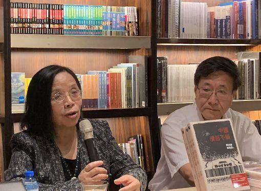 陸政經學者何清漣新書講座 「紅色滲透:中國媒體全球擴張的真相」一書作者、中國大陸政經學者何清漣(左)15日在誠品敦南店舉行新書講座,分享對媒體與政治文化的觀察。中央社記者陳政偉攝 108年5月15日