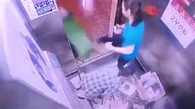 清潔員遭住戶踹到送醫治療 只因她收垃圾時搭電梯 圖/翻攝自微博