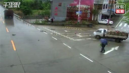 大陸,福建,車禍,老人,雨天,過馬路https://www.weibo.com/2230913455/Hubkewhoo?refer_flag=1001030103_&type=comment