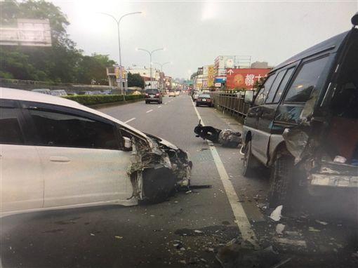 開車拿手機 駕駛撞翻路旁汽機車
