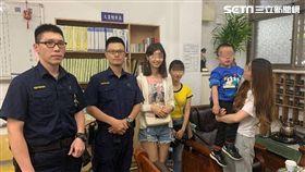 文化大學莊姓、陳姓女大生在龍山寺商場發現獨自遊玩的4歲男童,2女偕同警方順利找到男童父母(翻攝畫面)