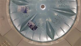 網友在洗衣機底發現兩張千元鈔。(圖/翻攝自爆廢公社)