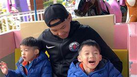 陳建州經常帶著雙胞胎兒子飛飛與翔翔。(圖/翻攝自黑人臉書)