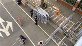 青島東路圍起了拒馬 資料照
