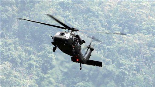 陸軍航特部首次出動UH-60M黑鷹直升機納入山隘行軍操演科目,檢驗陸空聯訓與戰傷急救、物資補給的作戰參數。(記者邱榮吉/攝影)