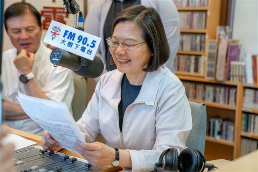 總統蔡英文16日接受大樹下廣播電台台長林義傑、台南線上廣播電台主持人楊家政的台語廣播專訪。(圖/總統府提供)