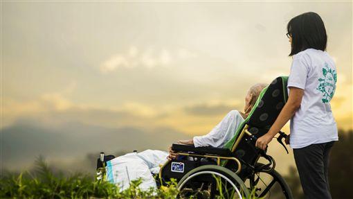 照顧中風父10多年…房產卻沒份 她盜領光爸爸帳戶被弟告長照,輪椅,看護,圖/翻攝自Pixabay
