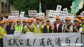 中華郵政工會16日下午發動數百人到行政院抗議。(圖/記者盧素梅攝)