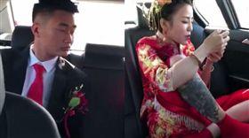 新娘撩裙霸氣搭禮車!新郎看傻秒噤聲(圖/微博)