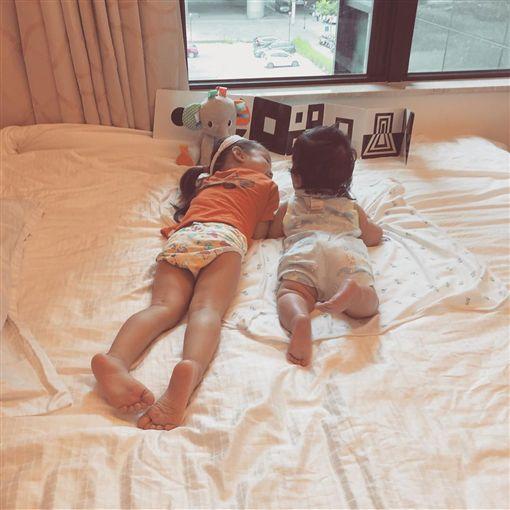 隋棠女兒、2歲Lucy跟弟弟穿小褲褲趴床上。IG