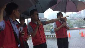 強降雨襲竹市 林智堅市長開設緊急應變會議並赴淹水低窪路段視察(圖/新竹市政府提供)