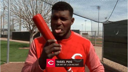 ▲舔球棒是普伊格的怪癖之一。(圖/翻攝自MLB官網)