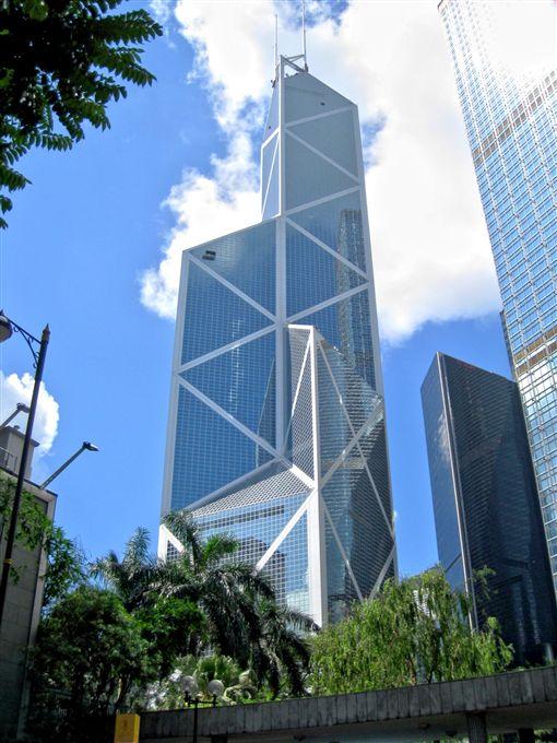 香港中銀大廈是建築師貝聿銘作品,他曾說最大的挑戰是以有限的預算,興建一幢可以抵禦紐約2倍及洛杉磯3倍風力的摩天大樓。(圖/翻攝自維基百科)