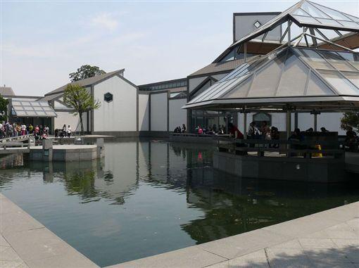 2006年開館的「蘇州博物館」西部新館,將蘇州古城的獨特性,搭配現代城市肌理融合在一起,讓建築與周遭環境相協調,號稱是貝聿銘「封刀之作」。(圖/翻攝自維基百科)