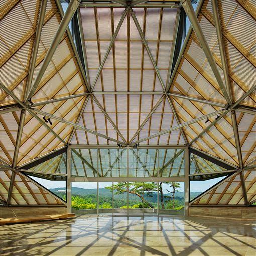 美秀博物館是貝聿銘在日本留下的桃花源,位於山林深谷,吊橋和隧道通向美術館,也是建築與天然環境融合的表現。(圖/翻攝自滋賀美秀博物館官網www.miho.or.jp)