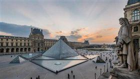 建築師貝聿銘作品,法國羅浮宮門前的透明金字塔。(圖/翻攝自Twitter)