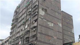 屏東鼓勵老建物自主更新 最高補助75%經費近日台灣發生多起規模5級以上地震,屏東縣政府15日表示,老舊建物常見的磁磚掉落、屋頂及外牆漏水等問題處理刻不容緩,為鼓勵自主更新,特別將相關工程補助經費從45%提升至最高75%,歡迎民眾申請。中央社記者郭芷瑄攝 108年5月15日